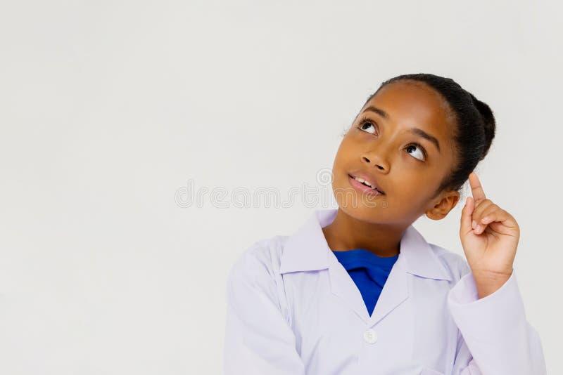 Pensamiento de la capa del laboratorio del niño afroamericano joven del preadolescente que lleva fotografía de archivo libre de regalías
