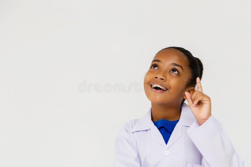 Pensamiento de la capa del laboratorio del ni?o afroamericano joven del preadolescente que lleva imagen de archivo