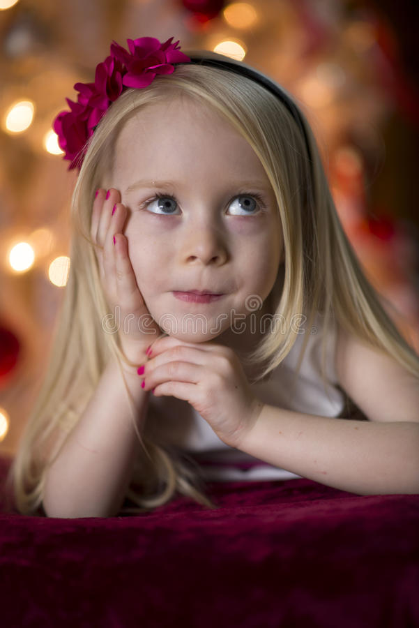 Pensamiento de la chica joven imágenes de archivo libres de regalías