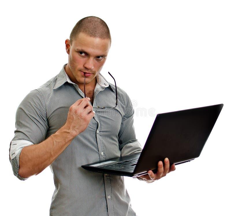 Pensamiento de la computadora portátil del wih del hombre joven. imagenes de archivo