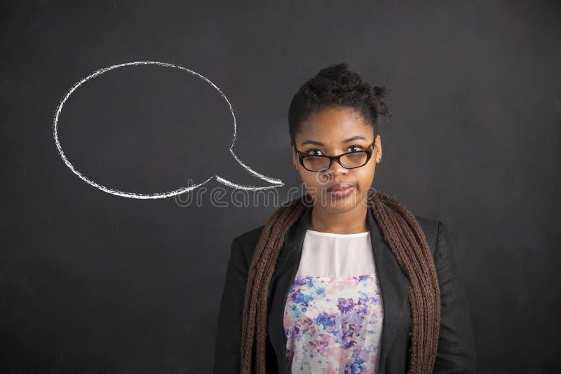 Pensamiento de la mujer afroamericana o burbuja de pensamiento del discurso en fondo del tablero del negro de la tiza imagenes de archivo