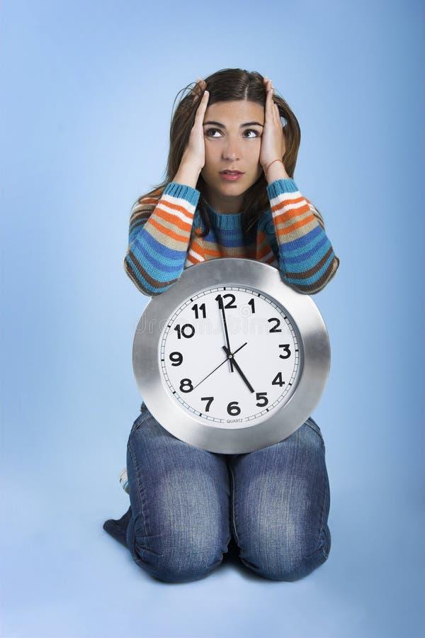 Pensamiento de la mujer del reloj fotografía de archivo libre de regalías