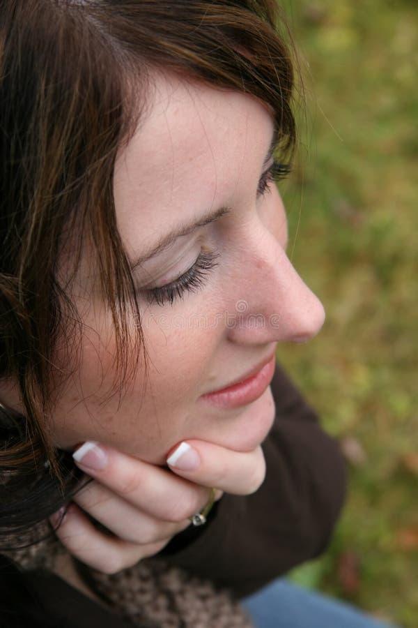 Pensamiento de la mujer joven fotos de archivo libres de regalías