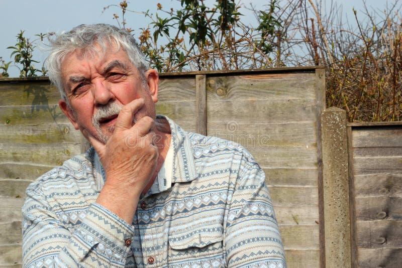 Pensamiento del hombre mayor. fotografía de archivo