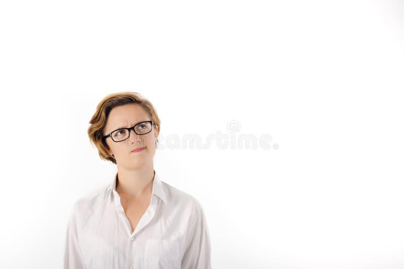 Pensamiento elegante de la mujer Hembra con el pelo corto y los vidrios que piensa la expresión Copie el espacio imagen de archivo libre de regalías