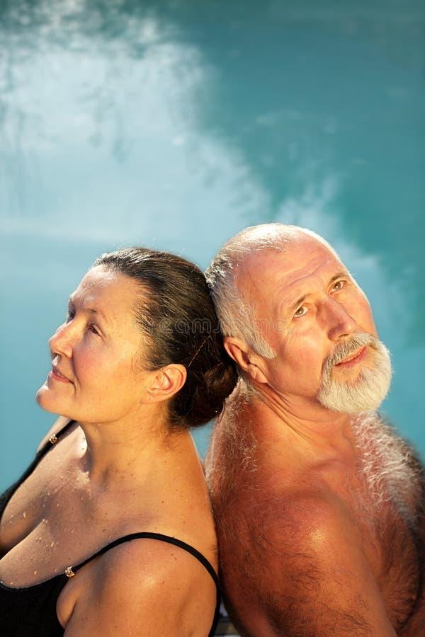 Pensamiento en la piscina imagenes de archivo