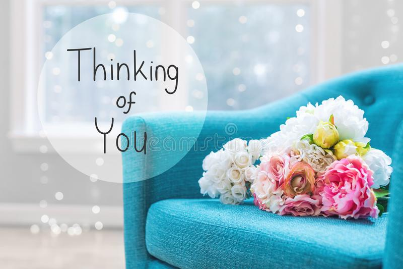 Pensamiento en usted mensaje con los ramos de la flor con la silla fotografía de archivo