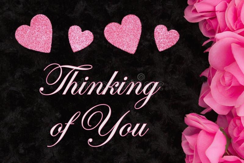 Pensamiento en usted saludo con las rosas rosadas fotos de archivo libres de regalías