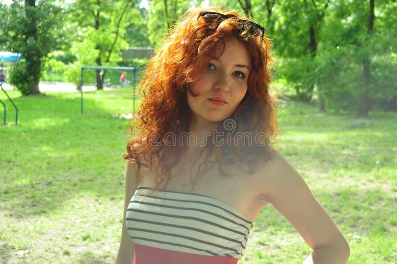 Pensamiento pelirrojo hermoso joven de la mujer foto de archivo libre de regalías