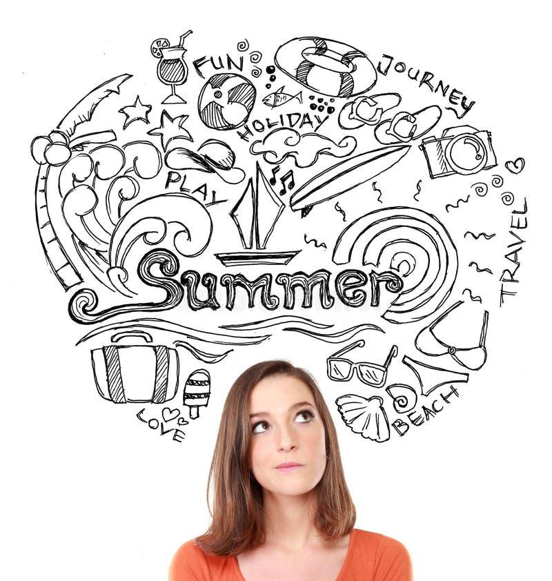 Pensamiento sonriente de la mujer en sus vacaciones de verano fotografía de archivo