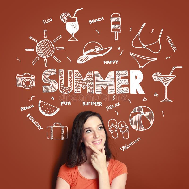 Pensamiento sonriente de la mujer en sus vacaciones de verano fotografía de archivo libre de regalías