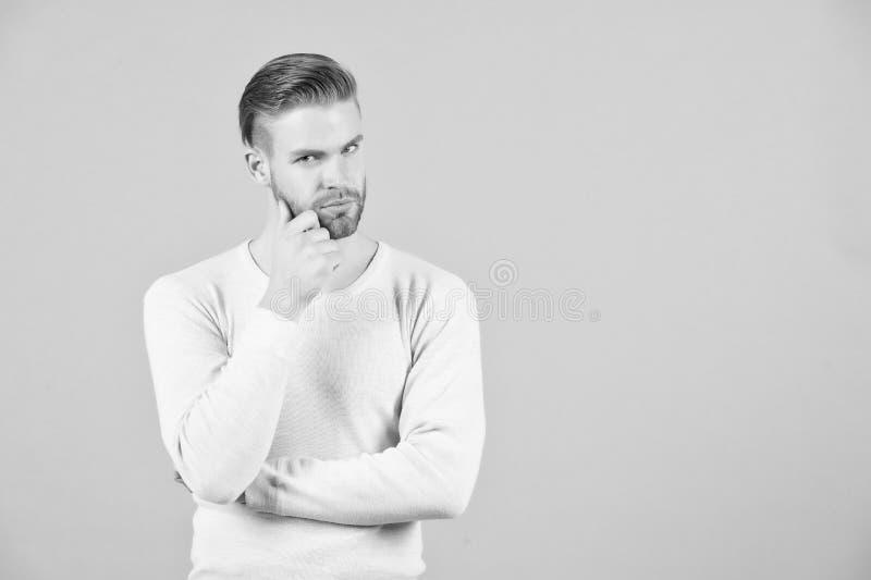 Pensamientos y concepto de las dudas Cara pensativa barbuda del hombre, fondo gris El hombre con el individuo sin afeitar de la b fotografía de archivo
