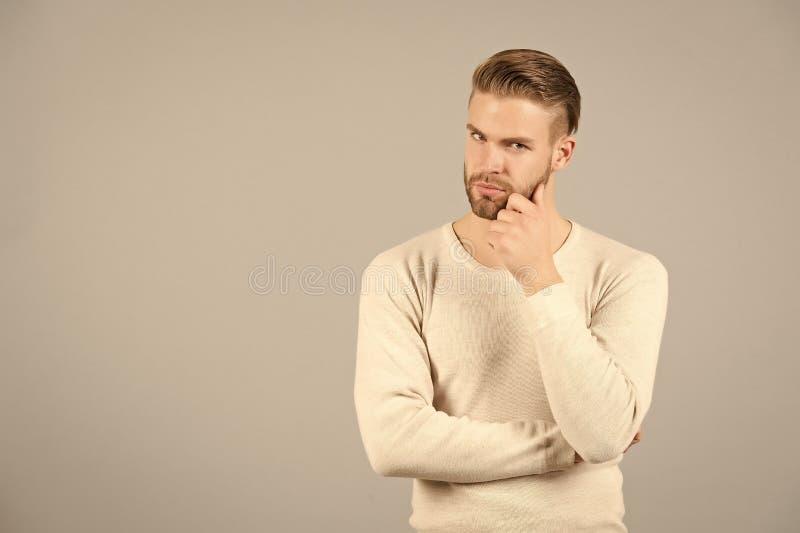 Pensamientos y concepto de las dudas Cara pensativa barbuda del hombre, fondo gris El hombre con el individuo sin afeitar de la b fotos de archivo libres de regalías