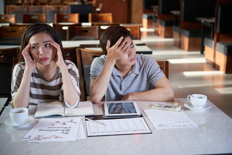Pensando durante il giorno delle nozze immagini stock libere da diritti