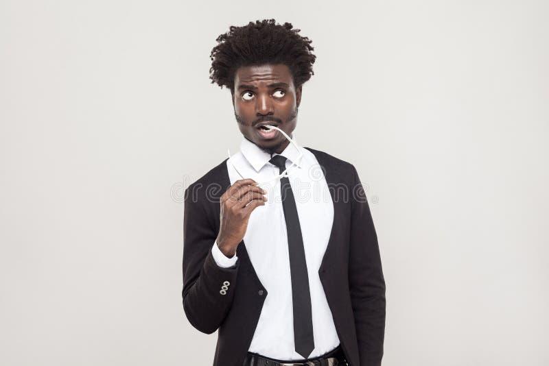 Pensando, povos satisfeitos Meditar e olhar africanos do homem de negócios imagem de stock