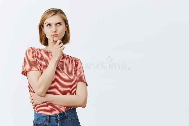 Pensando, tomando la decisión importante y dura en mente Atractivo intenso pensativo y chica joven con el pelo justo imágenes de archivo libres de regalías