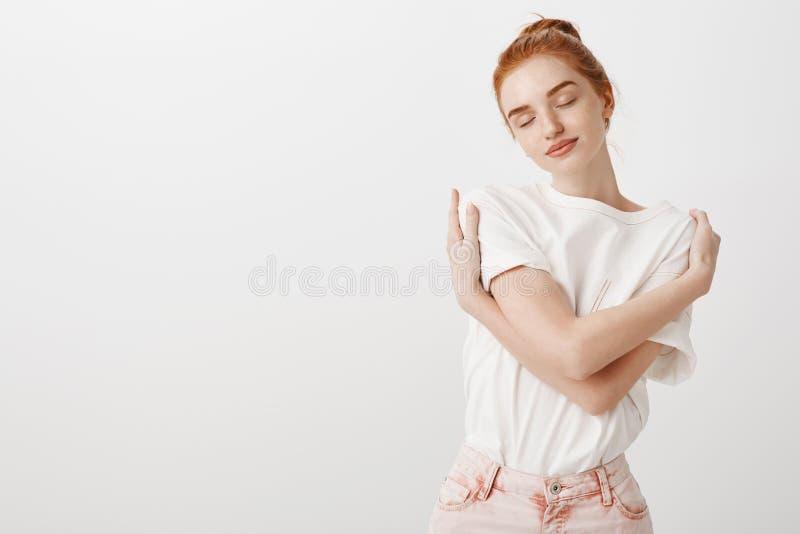 Pensant à vous, voulant être dans des vos bras chauds Femelle rousse naturelle rêveuse et douce dans l'équipement élégant, étreig images stock
