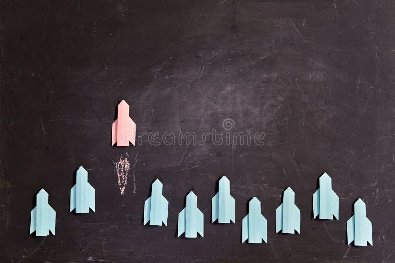Pensar diferente, visión creativa o concepto de idea. Piensa fuera de la caja o individualidad El cohete vuela a su manera fotografía de archivo