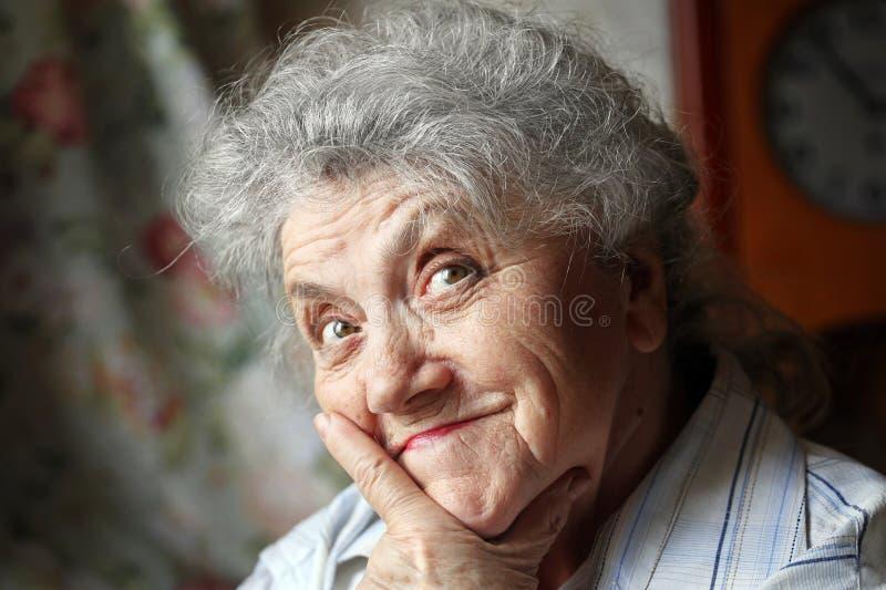 Pensativo e olhando a cara idosa da mulher fotografia de stock