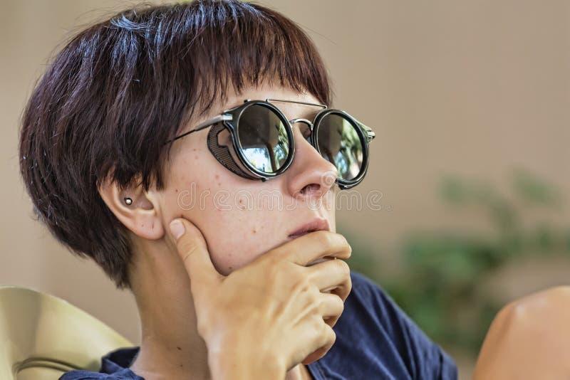 Pensativo, fêmea, menina, novo, bonita, mulher, óculos de sol fotos de stock royalty free