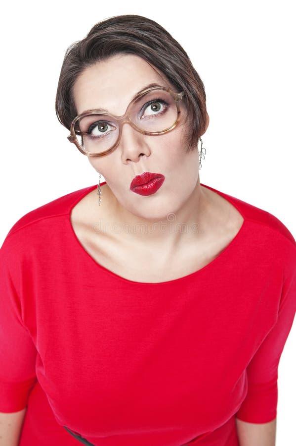 Pensativo mais a mulher do tamanho nos vidros que olham em algo acima imagens de stock royalty free
