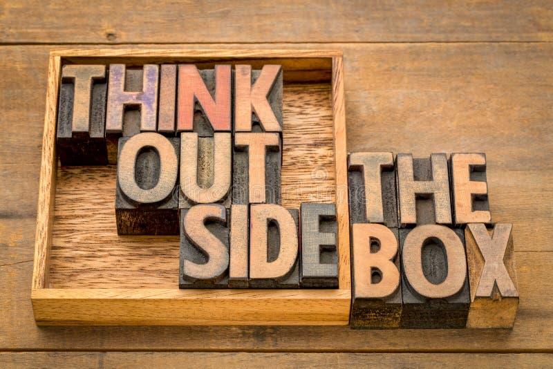 Pense fora do conceito da caixa no tipo de madeira fotos de stock royalty free