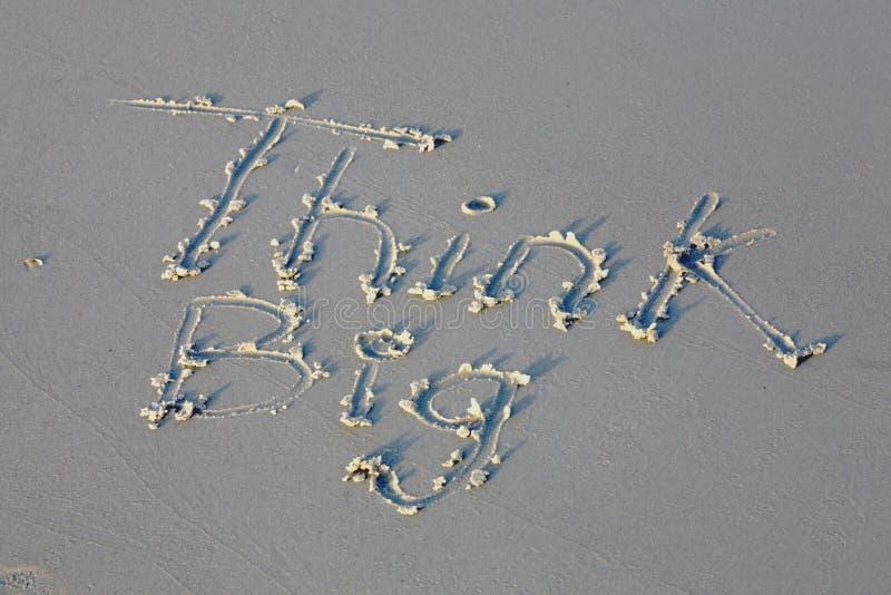 Pense a mensagem grande na areia fotos de stock royalty free