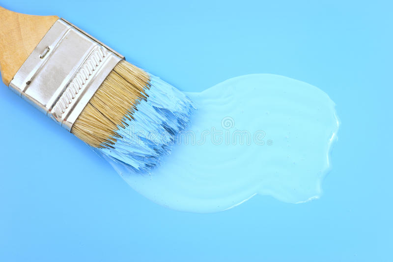 Penseel dat een nieuwe laag van blauwe verf wervelt stock afbeeldingen