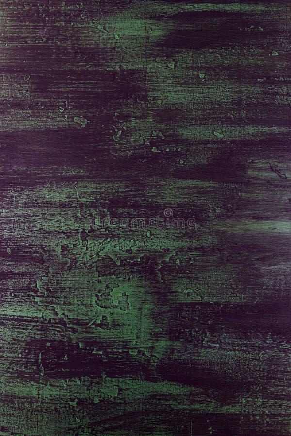 Penseelstreken met dikke verf in schaduwen van groen, blauw, purper op oude houten textuur stock foto's
