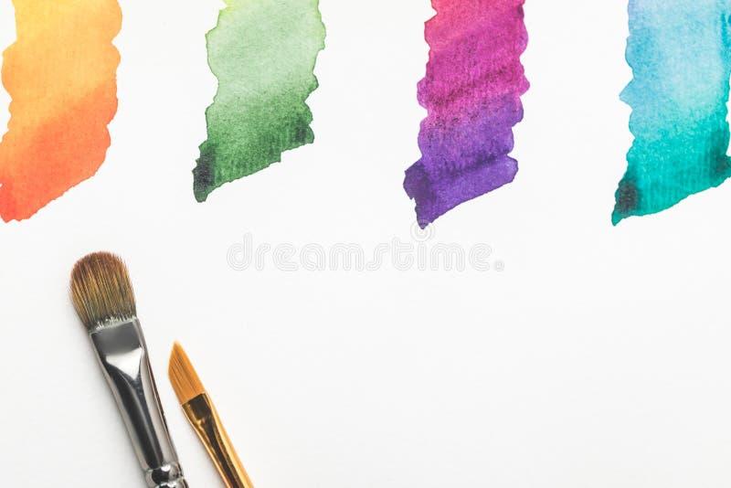 Penselen en kleurrijke heldere die verfslagen op wit worden geïsoleerd vector illustratie