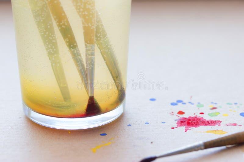 Penselen in glas royalty-vrije stock afbeeldingen