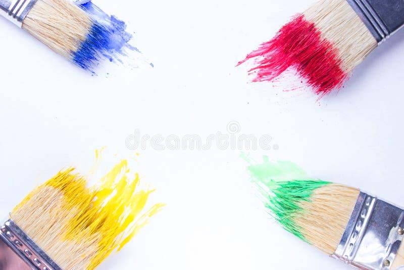 Penselen in kleurrijke verf stock foto's
