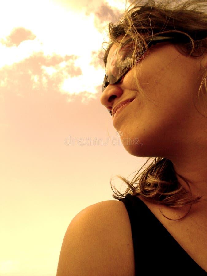 Penser à l'avenir de fille (d'or) photo libre de droits