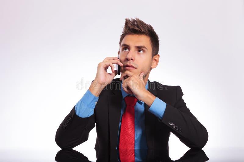 Penser au téléphone au bureau photo libre de droits