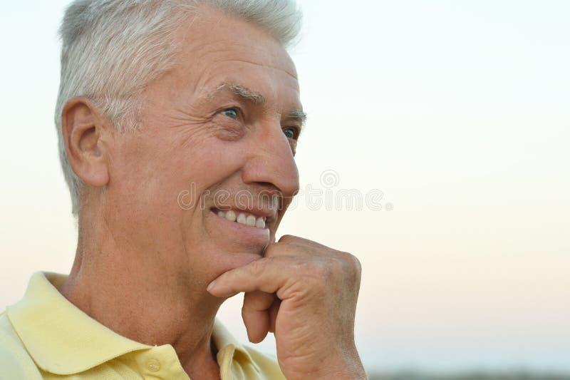 Penser d'homme aîné images libres de droits