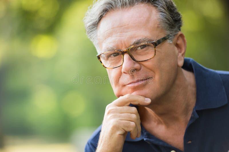 Penser d'homme aîné photo libre de droits