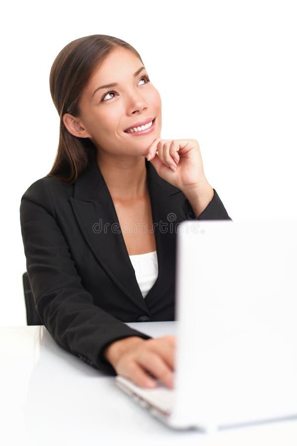 Penser de femme d'affaires d'ordinateur portatif photographie stock