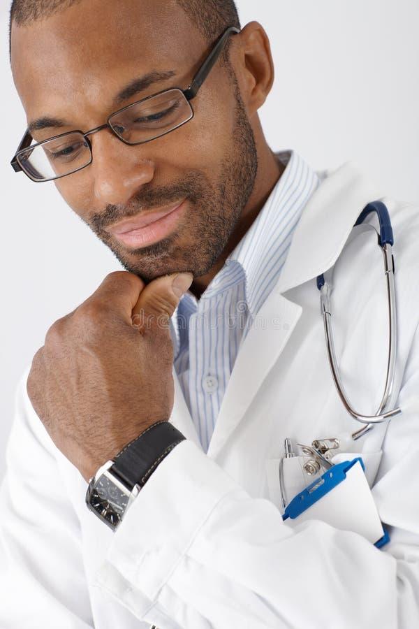Penser de sourire de docteur photos libres de droits
