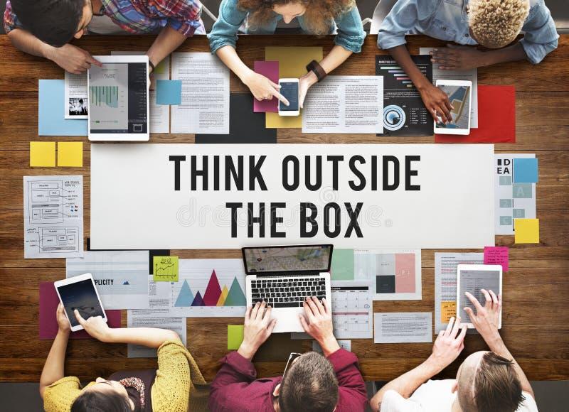 Pensez en dehors des idées de créativité de boîte imaginent le concept photo libre de droits