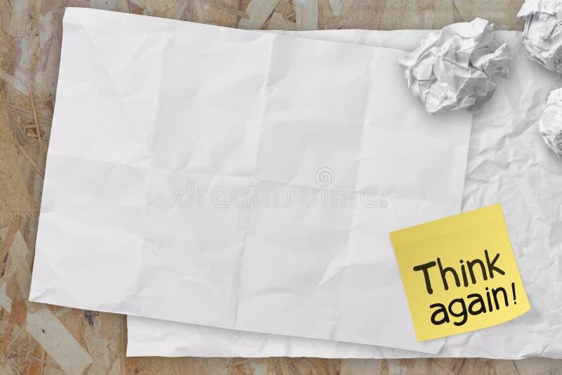Pensez qu'encore les mots ont chiffonné le papier de note collant sur le papier de texture As photos stock
