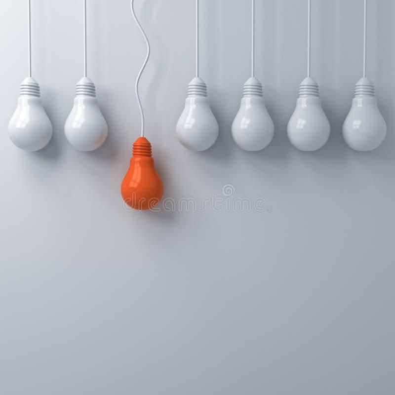 Pensi il concetto differente, una lampadina arancio d'attaccatura che sta fuori dalle lampadine spente tenui della luce bianca su immagine stock libera da diritti