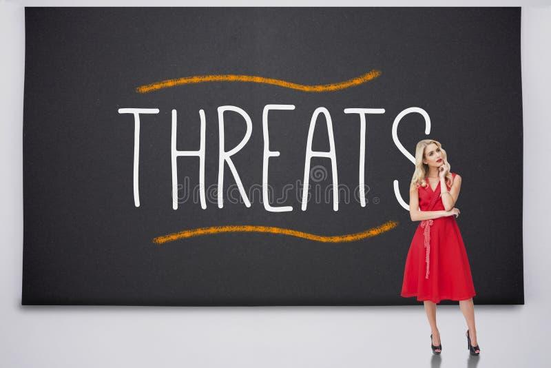 Pensiero biondo grazioso contro le minacce immagini stock libere da diritti