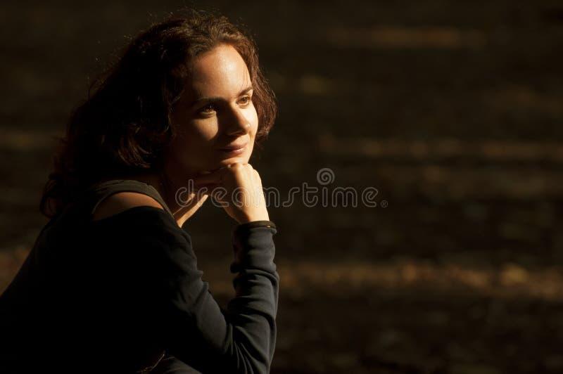 Pensiero della giovane donna fotografie stock libere da diritti