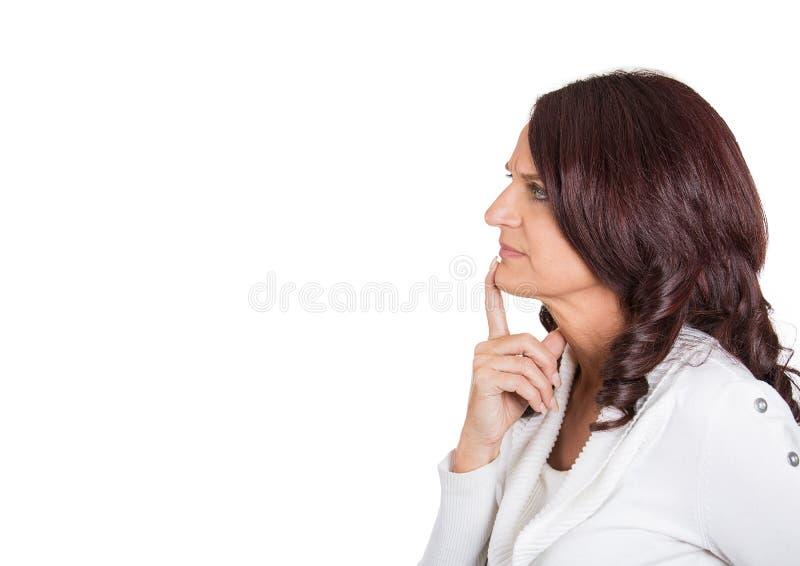 Pensiero maturo serio della donna di profilo laterale bello fotografia stock libera da diritti