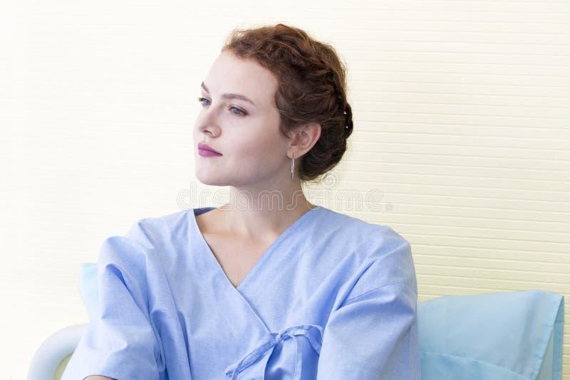 Pensiero paziente e sogno della giovane donna attraente circa vita sull'ospedale immagini stock