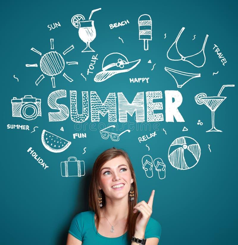 Pensiero sorridente della donna alle sue vacanze estive illustrazione di stock