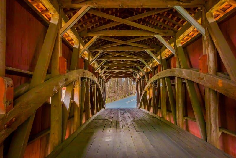 Pensilvânia, EUA, ABRIL, 18, 2018: Ideia interna dos detalhes de ponte coberta vermelha dentro da floresta em Lancaster fotografia de stock royalty free