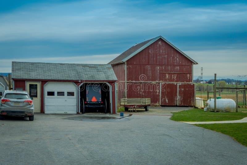 Pensilvânia, EUA, ABRIL, 18, 2018: Vista exterior do transporte com erros estacionado de Amish em uma garagem perto de um carro m fotografia de stock
