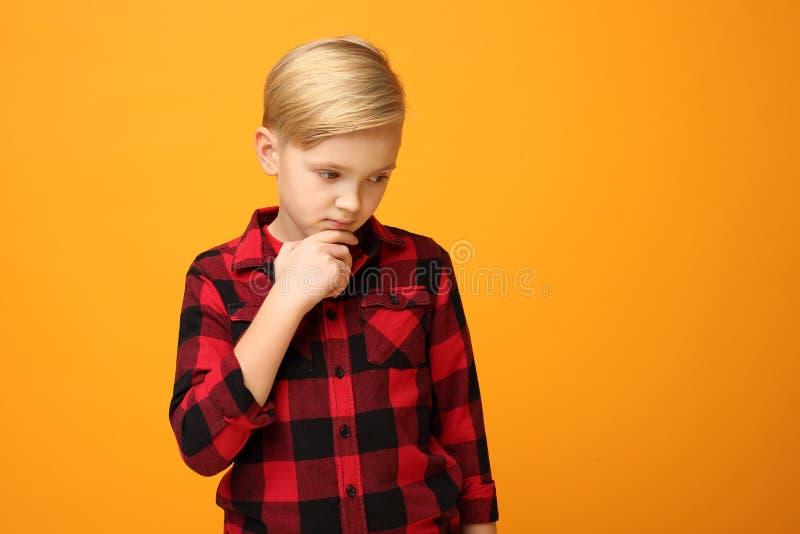 Pensioengerichte jonge jongen, kindemoties stock foto