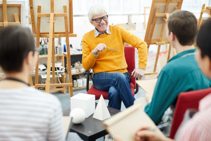 Pensionär Art Teacher på arbete fotografering för bildbyråer